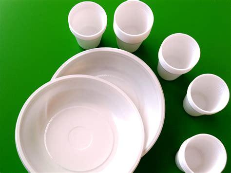 piatti e bicchieri di plastica piatti di plastica dannosi per la salute