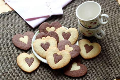 fiori a forma di cuore regala dei biscotti a forma di cuore invece dei fiori