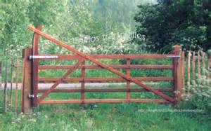 barriere bois chevaux portails bois le de cloturebetonbois