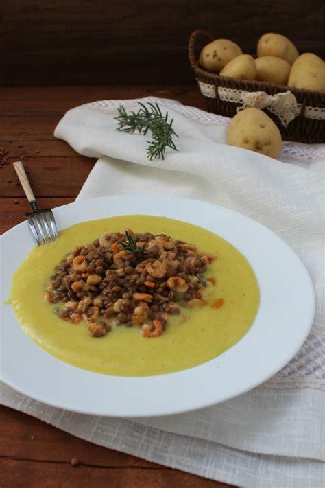 letto di patate gamberetti con lenticchie su letto di patate cibo