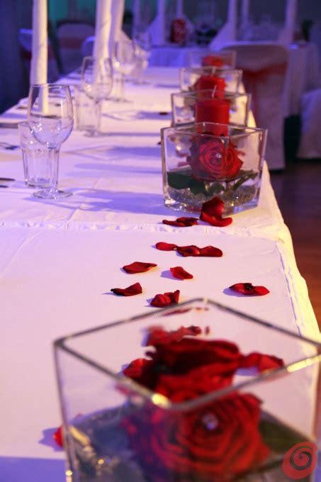 decorazioni per tavoli il matrimonio con il rosso fa da filo conduttore