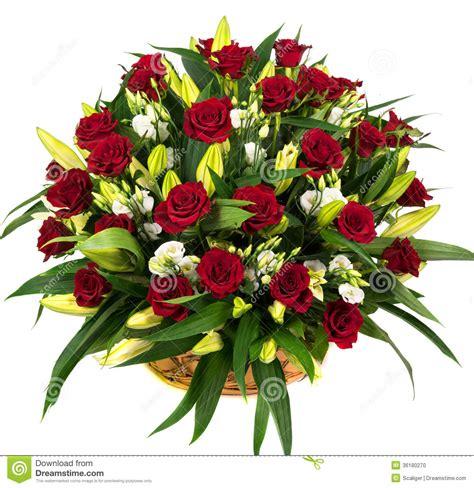 imágenes de rosas rojas naturales rosas rojas naturales en una cesta foto de archivo