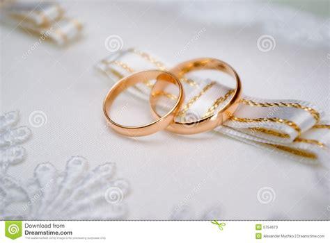 imagenes reflexivas de matrimonio anillos de bodas de oro imagen de archivo imagen de