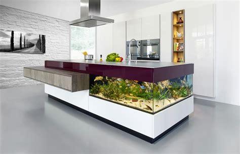 Charmant Cuisine Dans Petit Espace #1: aquarium-maison-îlot-cuisinemoderne-blanc-pourpre-aquarium.jpg