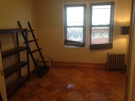 700 sq ft room large beautiful room in 700 sq ft apt room to rent from