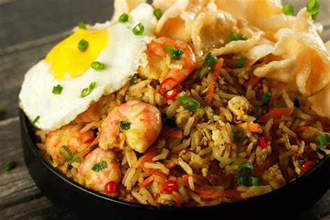 membuat nasi goreng di rice cooker prawn nasi goreng spicy indonesian fried rice scrambled