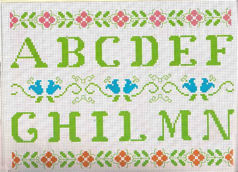 ricamo punto croce lettere alfabeto da ricamare lettere verdi e motivi floreali 1