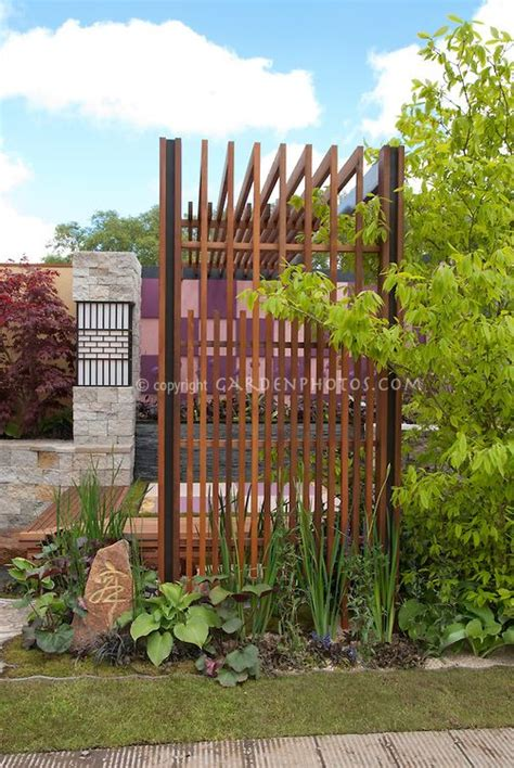 privacy screens for backyards look at the interesting way this privacy screen is put