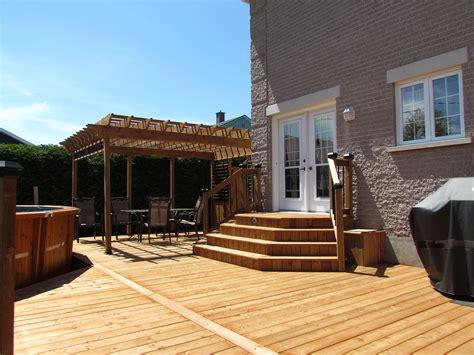 patio en bois le bois trait 233 brun pour un patio d aspect naturel d 233 conome
