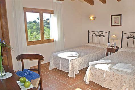 bett 0 90 x 2 00 finca rocca bei alqueria blanca auf mallorca mit pool