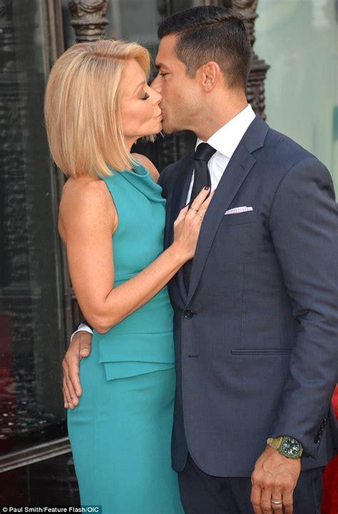 Mark Consuelos Kelly Ripa Kiss   kelly ripa gets a star on the hollywood walk of fame