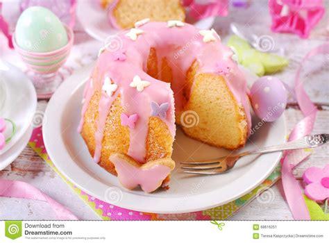 zuckerglasur kuchen ostern gugelhupf mit rosa zuckerglasur und schmetterling