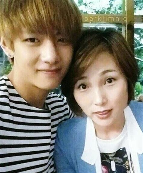 kim taehyung sister tae tae with his mom i can see where he gets his
