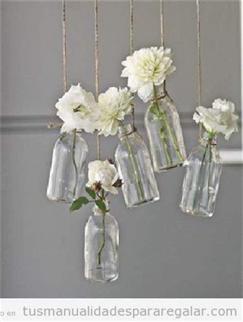 decorar jarrones con yute botellas de cristal con flores blancas colgadas de cuerdas