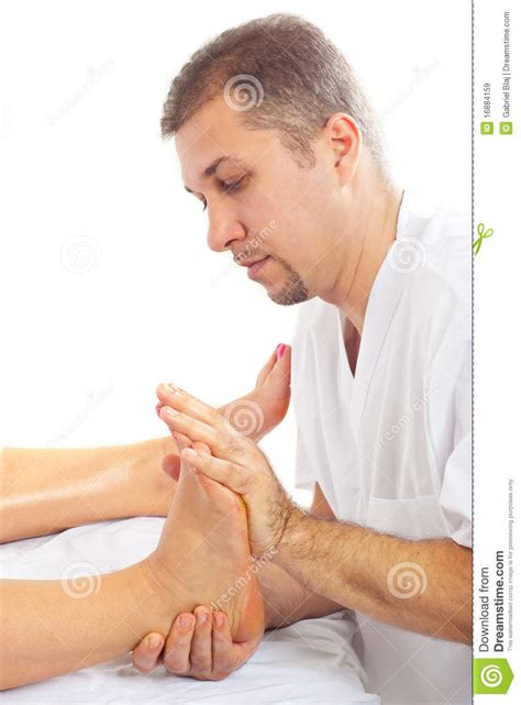 imagenes libres masajes hombre del ortopedista que da masajes al pie im 225 genes de