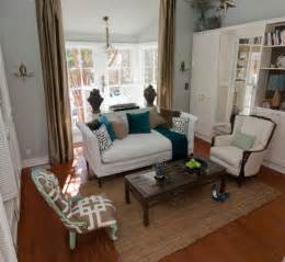 Having a living room set and a center table with small and pretty