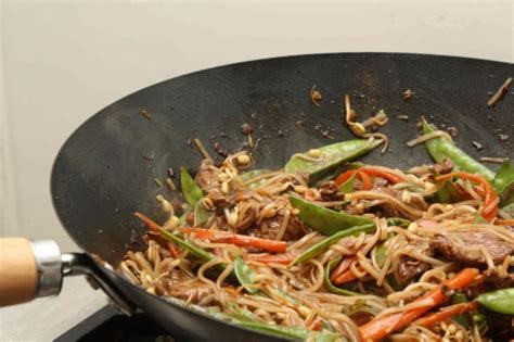 comment cuisiner avec un wok wok de boeuf aux nouilles de riz la cuisine 224 quatre mains
