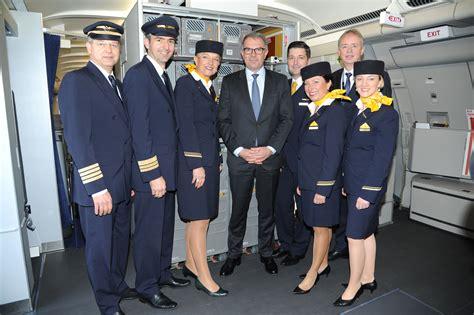 en modo avi 243 n p 225 gina tripulantes de cabina va de aviones lufthansa adapta avi 243 n para trasladar pacientes con 233 bola
