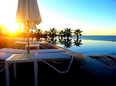 strand liege sonnenaufgang zypern strand liege pool lizenzfreie
