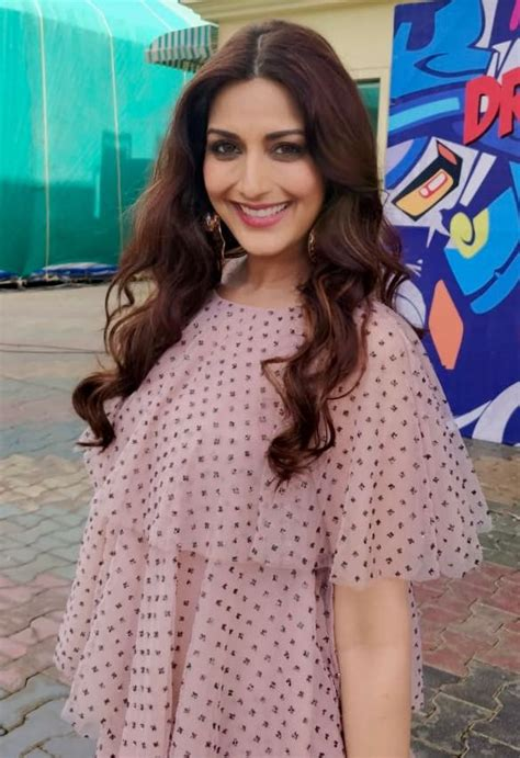 bollywood actress suffering cancer sonali bendre suffering from cancer undergoing treatment