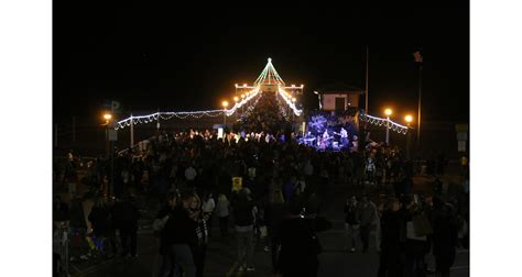 manhattan beach kicks off holiday season with tree lighting