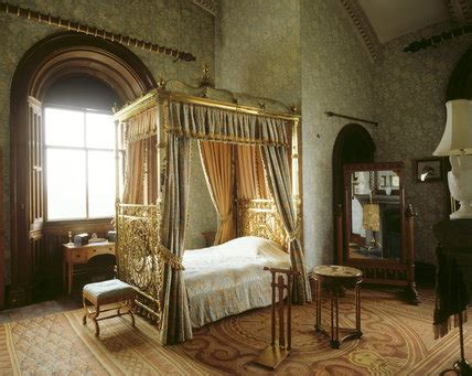 d馭inition cuisine am駭ag馥 the keeps bedroom at penrhyn castle showing the brass bed