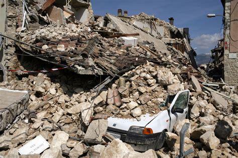 temblor biblioteca breve 8432206172 i libri di terra nuova nella biblioteca che ricorda le giovani vittime del terremoto dell aquila
