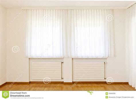 finestra con tenda finestra con le tende bianche immagine stock libera da