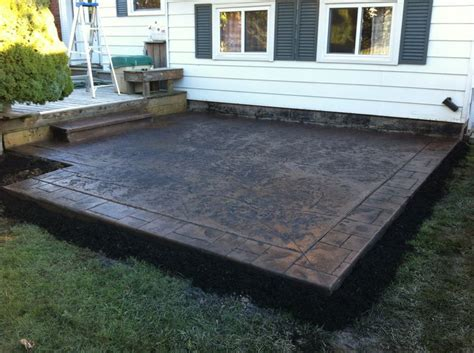 cut sted concrete patio with small ashlar