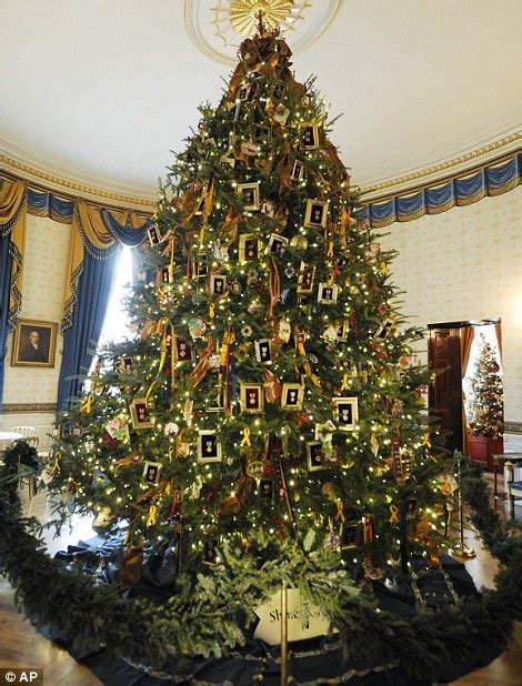 who pays for white house christmas white house obama unveils decorations daily mail