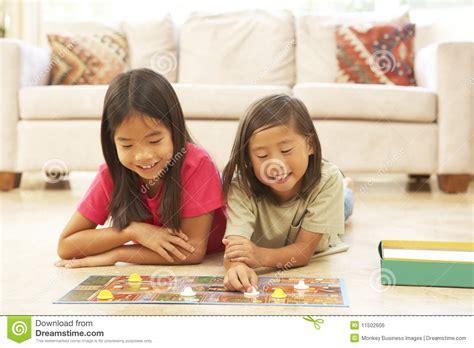schule spielen zu hause zwei kinder die zu hause brettspiel spielen stockfoto