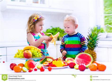 imagenes de niños jugando y comiendo ni 241 os que comen la fruta en una cocina blanca foto de
