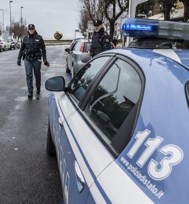 questura di pesaro ufficio immigrazione sfugge a controllo e aggredisce poliziotti arrestato