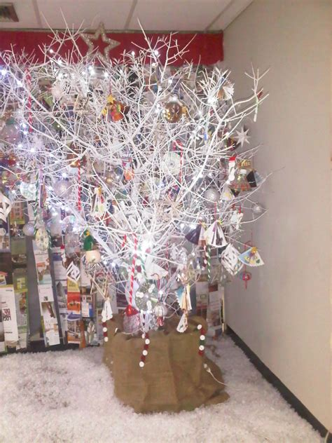 decorar ramas secas para navidad de arbol arbol navide 241 o de ramas secas recycling navidad reciclando