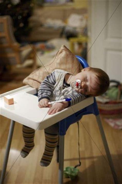 baby 8 monate schlaf baby 8 monate mit schnuller im mund und einem stift in