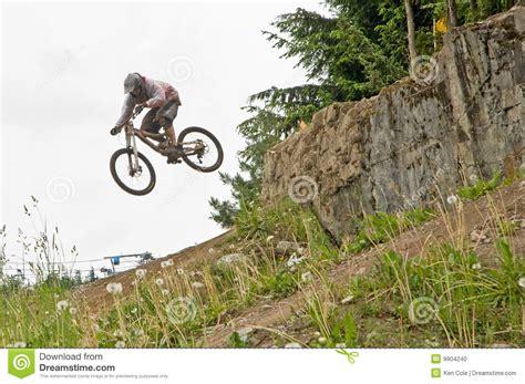 berta monta en bici salto de la bici de monta 241 a