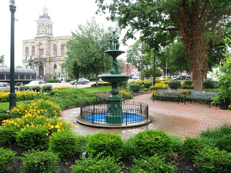 best town squares in america file town square of lisbon ohio and columbiana county courthouse jpg wikimedia commons
