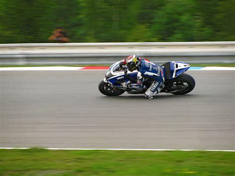Motorrad Reifen Nasshaftung by Mit Dem Motorrad Auf Die Rennstrecke