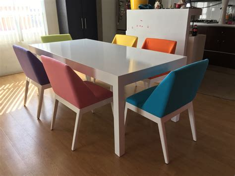 comedor moderno mesa blanca  sillas de colores