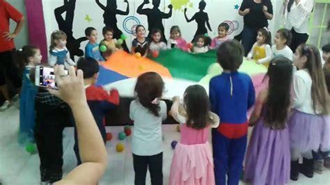 imagenes de niños jugando hd ni 241 os jugando con pelotas de colores children playing