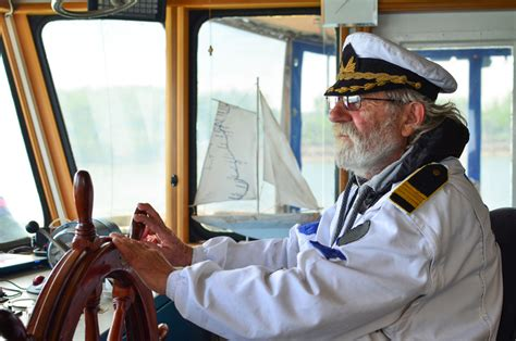 boat captain 6 boat safety tips for yacht captains and owners signal