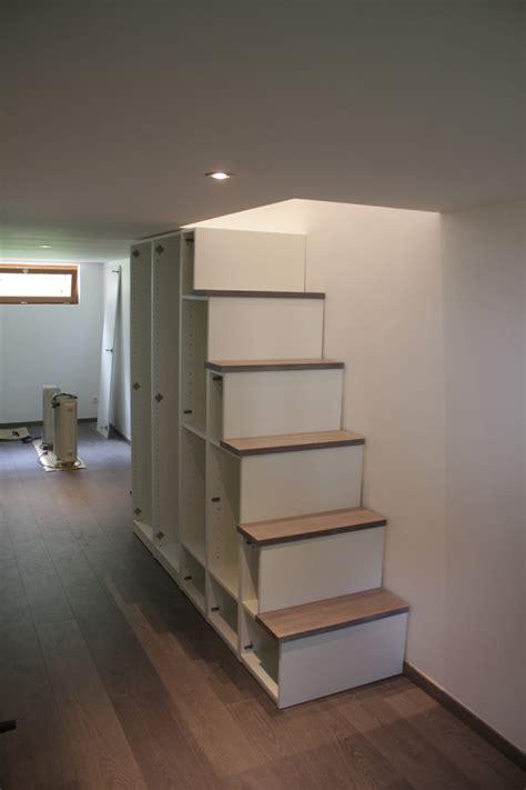 Fabriquer meuble escalier ? Table de lit a roulettes