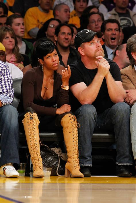 celebrity dating games regina king photos photos celebrities at the lakers game