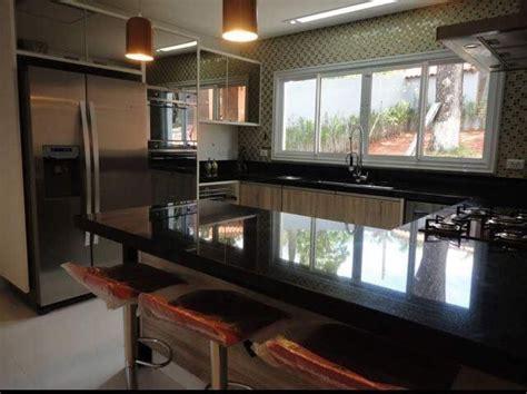 Cozinha com armários em vidro reflecta na cor preta