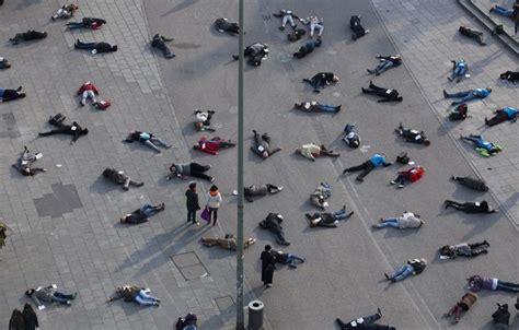beredar foto puluhan mayat bergelimpangan  jalan