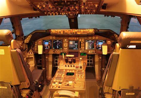 boeing 747 flight deck file jal boeing 747 400 flight deck jpg wikimedia commons