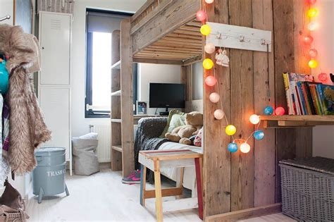 Hanging Pictures In Dorm Room - how you can use string lights to make your bedroom look dreamy
