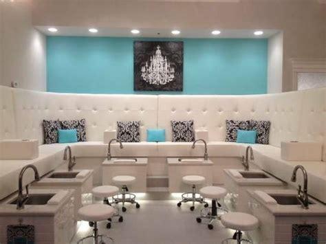 Kursi Sandaran Salon Barbershop dekorasi salon dan barbershop menggunakan mural dan stiker