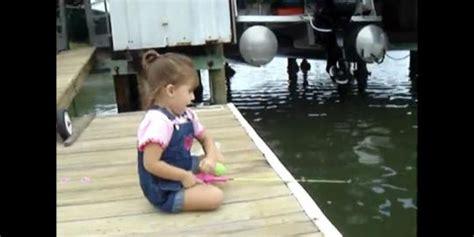 Pancing Kecil gadis kecil memancing ikan dengan kail mainan