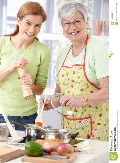 mama e hija cocinando madre feliz e hija que cocinan junto